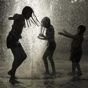 copii in ploaie